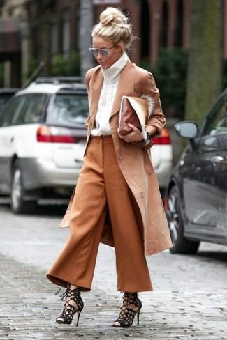 Comment porter: trench marron clair, pull à fermeture éclair blanc, jupe-culotte tabac, sandales spartiates en daim noires