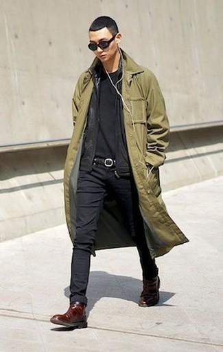 Comment porter: trench olive, pull à fermeture éclair noir, t-shirt à col rond noir, jean skinny noir