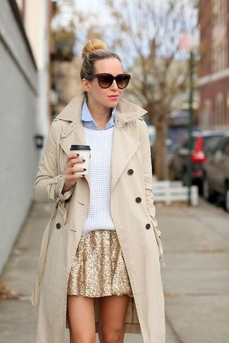 Comment porter: trench beige, pull surdimensionné blanc, chemise de ville bleu clair, jupe patineuse pailletée dorée