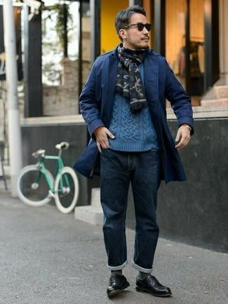 Les journées chargées nécessitent une tenue simple mais stylée, comme un pull torsadé bleu et un jean bleu marine. Habille ta tenue avec une paire de des chaussures derby en cuir noires.