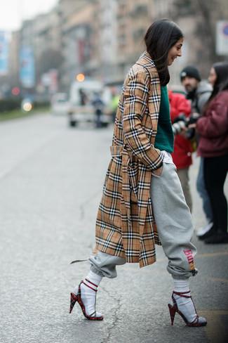 Porte un trench écossais brun clair et un pantalon de jogging gris femmes Tommy Hilfiger pour un look de tous les jours facile à porter. Une paire de des sandales à talons en daim à carreaux rouges rendra élégant même le plus décontracté des looks.
