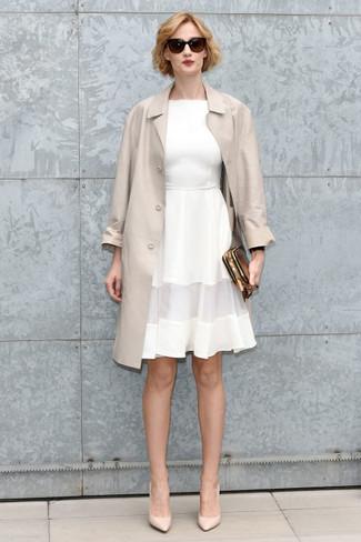 Comment porter: trench beige, robe évasée blanche, escarpins en cuir beiges, pochette en cuir dorée