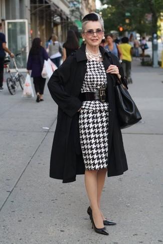 Comment porter: trench noir, robe fourreau en pied-de-poule blanche et noire, escarpins en cuir noirs, sac fourre-tout en cuir noir