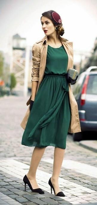 Comment porter: trench marron clair, robe midi en chiffon vert foncé, escarpins en daim noirs, pochette ornée argentée