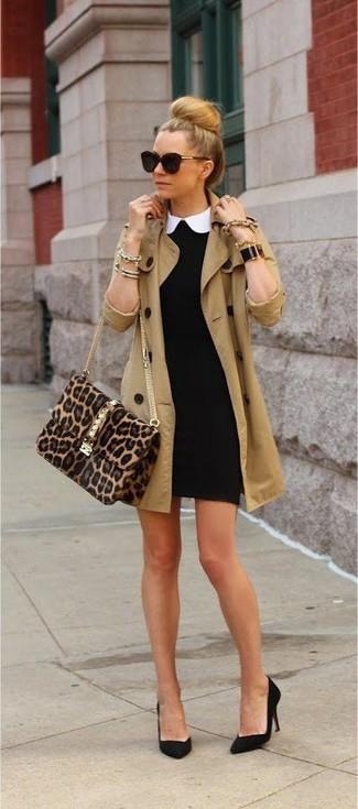 Marie un trench brun clair avec une robe moulante noire pour achever un style chic et glamour. Cette tenue se complète parfaitement avec une paire de des escarpins en daim noirs.