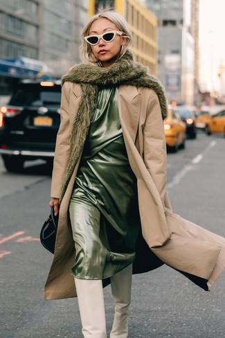 Comment porter: trench marron clair, robe nuisette en satin vert menthe, bottes hauteur genou en cuir blanches, sac à main en cuir noir