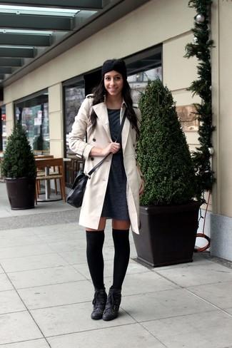 Comment porter: trench beige, robe-pull gris foncé, bottines à lacets en cuir noires, chaussettes montantes noires