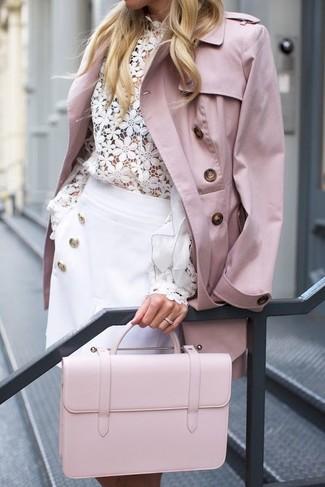 Comment porter un cartable en cuir rose: Essaie d'associer un trench rose avec un cartable en cuir rose pour une tenue idéale le week-end.