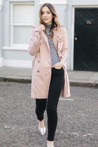 Comment porter: trench rose, pull à col roulé gris, jean skinny noir, ballerines en cuir argentées