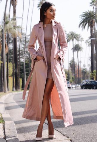 Comment porter: trench rose, robe moulante rose, escarpins en cuir roses