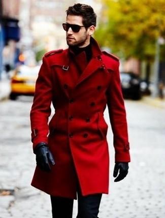 Comment porter: trench rouge, pantalon chino bleu marine, gants en cuir noirs