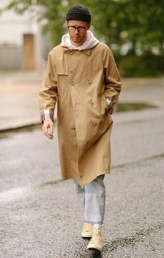 Comment porter un sweat à capuche blanc: Opte pour un sweat à capuche blanc avec un jean à patchwork bleu clair pour un look idéal le week-end. Une paire de des baskets montantes en toile jaunes est une option parfait pour complèter cette tenue.