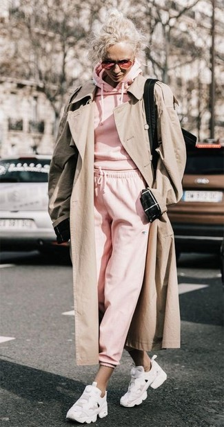 Comment porter: trench beige, sweat à capuche rose, pantalon de jogging rose, chaussures de sport blanches