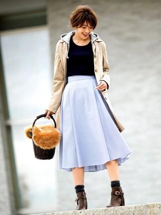 Comment porter: trench marron clair, sweat à capuche gris, pull à col rond noir, jupe évasée bleu clair