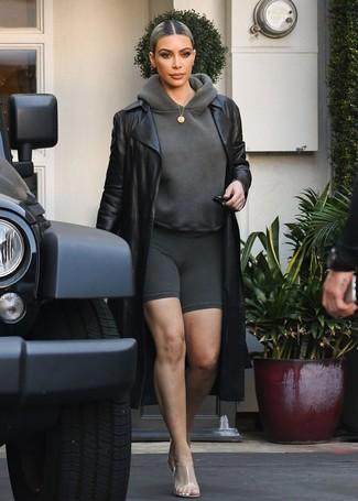 Comment porter: trench en cuir noir, sweat à capuche gris foncé, short cycliste gris foncé, mules en caoutchouc transparentes