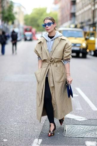 Comment porter: trench beige, sweat à capuche gris, t-shirt à col rond noir, leggings noirs