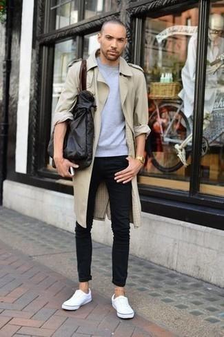 Comment porter un sac: Porte un trench beige et un sac pour une tenue idéale le week-end. Cette tenue est parfait avec une paire de des baskets basses en toile blanches.