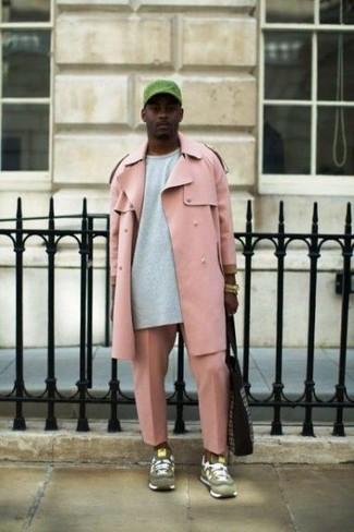 Comment porter: trench rose, sweat-shirt gris, pantalon chino rose, chaussures de sport en daim olive