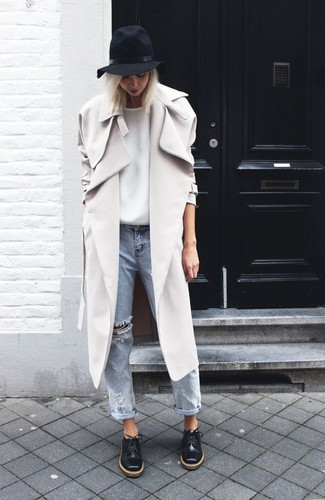 Comment porter: trench gris, t-shirt à col rond blanc, jean boyfriend déchiré bleu clair, chaussures richelieu en cuir noires