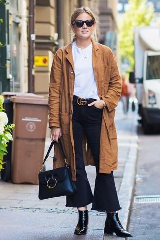 Comment porter: trench en daim marron, t-shirt à col rond blanc, jean flare noir, bottines en cuir noires