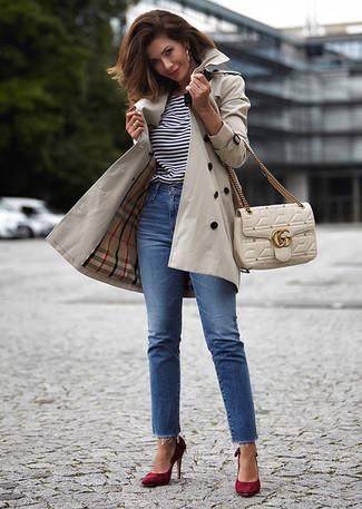 Comment porter: trench beige, t-shirt à col rond à rayures horizontales blanc et noir, jean bleu, escarpins en daim bordeaux