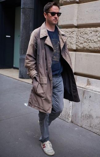 Comment porter un jean gris: Pense à harmoniser un trench marron avec un jean gris pour achever un look habillé mais pas trop. D'une humeur audacieuse? Complète ta tenue avec une paire de des baskets basses en toile grises.