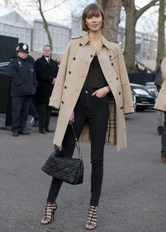 Essaie d'harmoniser un trench beige avec un jean skinny noir pour une tenue confortable aussi composée avec goût. Tu veux y aller doucement avec les chaussures? Opte pour une paire de des sandales spartiates en cuir noires pour la journée.
