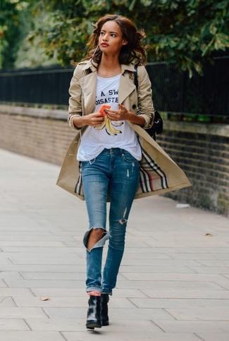 Tenue: Trench marron clair, T-shirt à col rond imprimé blanc, Jean skinny déchiré bleu, Bottines en cuir noires