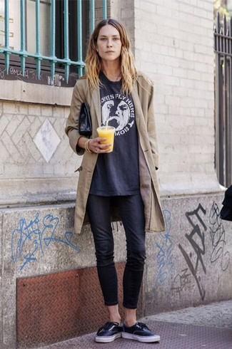 La polyvalence d'un trench et d'un jean skinny noir en fait des pièces de valeur sûre. Décoince cette tenue avec une paire de des baskets basses noires.