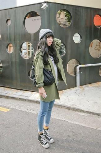 Comment porter: trench vert, t-shirt à col rond gris, jean skinny bleu clair, baskets montantes noires et blanches