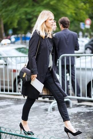 Comment porter: trench noir, t-shirt à col rond à rayures horizontales blanc et noir, jean skinny noir, escarpins en daim noirs