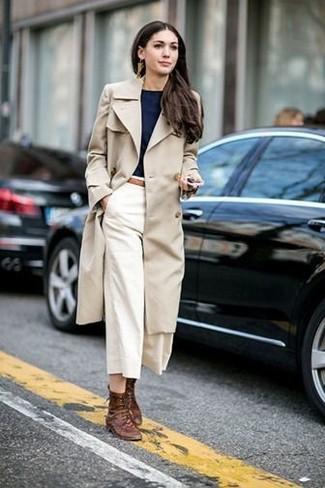 Comment porter: trench beige, t-shirt à col rond noir, jupe-culotte blanche, bottines plates à lacets en cuir marron
