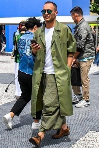 Comment porter un pantalon cargo olive: Harmonise un trench olive avec un pantalon cargo olive si tu recherches un look stylé et soigné. D'une humeur créatrice? Assortis ta tenue avec une paire de des chaussures derby en cuir marron.