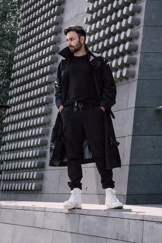 Comment porter un trench: Associer un trench avec un pantalon cargo noir est une option parfait pour une journée au bureau. Si tu veux éviter un look trop formel, fais d'une paire de baskets montantes en toile blanches ton choix de souliers.