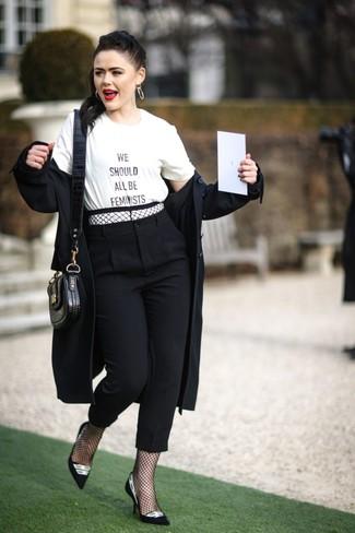 Comment porter: trench noir, t-shirt à col rond imprimé blanc et noir, pantalon carotte noir, escarpins en daim noirs et blancs