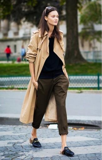 Comment porter: trench marron clair, t-shirt à col rond noir, pantalon carotte marron foncé, slippers en cuir noirs