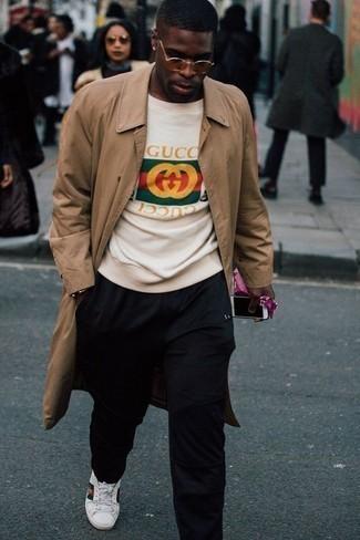 Tendances mode hommes: Pense à porter un trench marron clair et un pantalon chino noir pour aller au bureau.