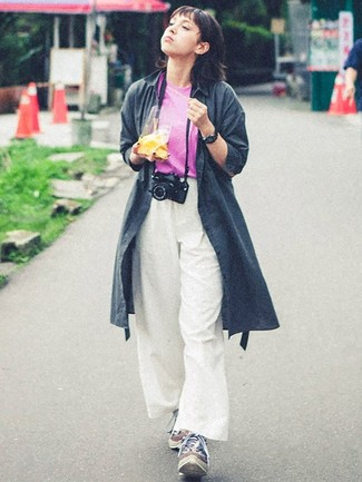 Comment porter: trench gris foncé, t-shirt à col rond fuchsia, pantalon large blanc, chaussures de sport multicolores
