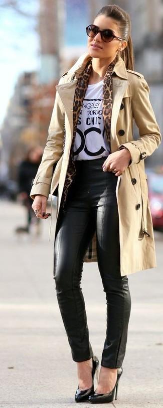 Comment porter: trench marron clair, t-shirt à col rond imprimé blanc et noir, pantalon slim en cuir noir, escarpins en cuir noirs