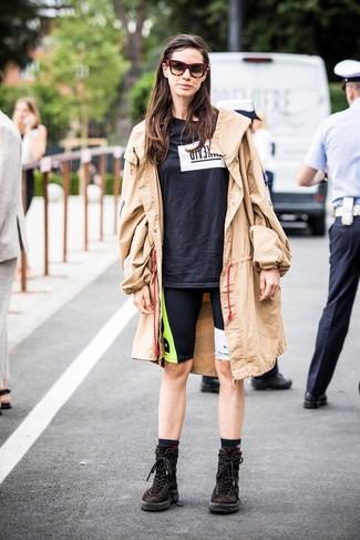 Comment porter: trench marron clair, t-shirt à col rond imprimé noir et blanc, short cycliste imprimé noir, bottines plates à lacets en daim marron foncé