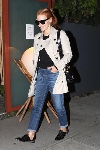 Comment porter: trench beige, t-shirt à manche longue noir, jean boyfriend bleu, slippers en cuir noirs