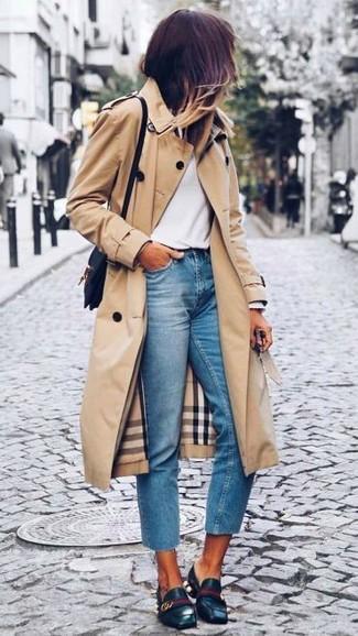 Associe un trench brun clair avec un jean bleu clair pour un déjeuner le dimanche entre amies. Cette tenue se complète parfaitement avec une paire de des slippers en cuir noirs.