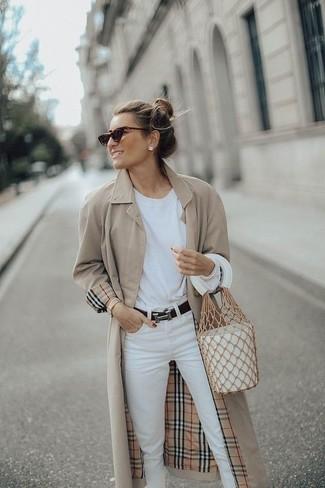 Comment porter: trench beige, t-shirt à manche longue blanc, jean blanc, sac bourse en cuir blanc