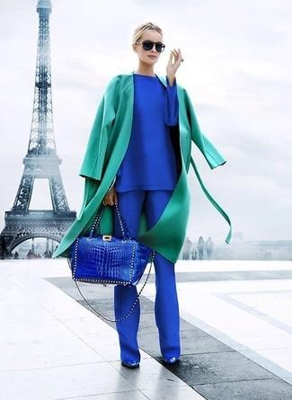 Comment porter: trench vert, t-shirt à manche longue bleu, pantalon de costume bleu, escarpins en cuir bleus