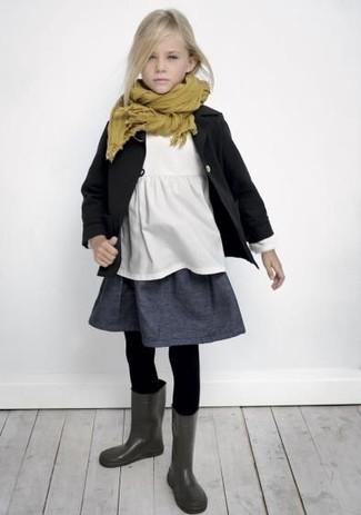 Comment porter: trench noir, t-shirt blanc, jupe gris foncé, bottes de pluie gris foncé