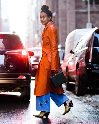 Comment porter: trench en cuir tabac, pantalon large en denim bleu clair, bottines en cuir imprimées serpent jaunes, sac à main en cuir noir