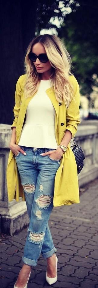 Pour créer une tenue idéale pour un déjeuner entre amis le week-end, associe un trench avec un jean boyfriend déchiré bleu. Habille ta tenue avec une paire de des escarpins en cuir blancs.