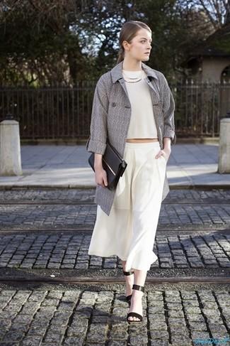 Comment porter: trench gris, top court blanc, jupe-culotte blanche, sandales à talons en cuir noires