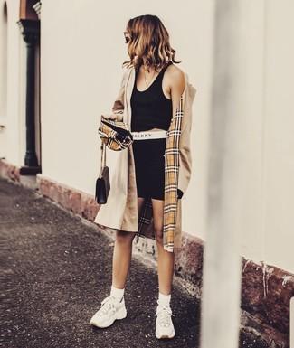 Comment porter: trench marron clair, top court noir, short cycliste noir, chaussures de sport blanches