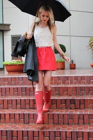 Comment porter: trench noir, top sans manches en dentelle blanc, minijupe rouge, bottes de pluie rouges